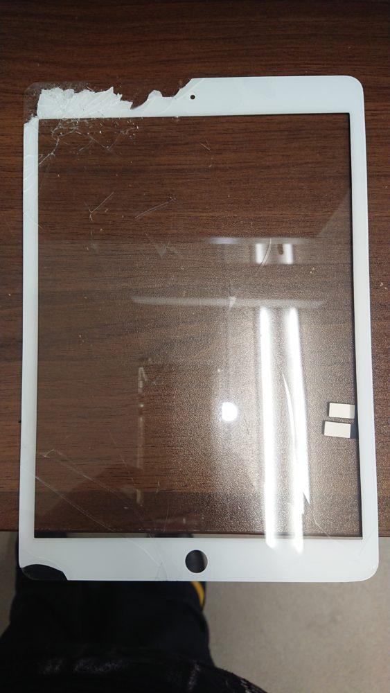 iPad7フロントガラス割れ修理前