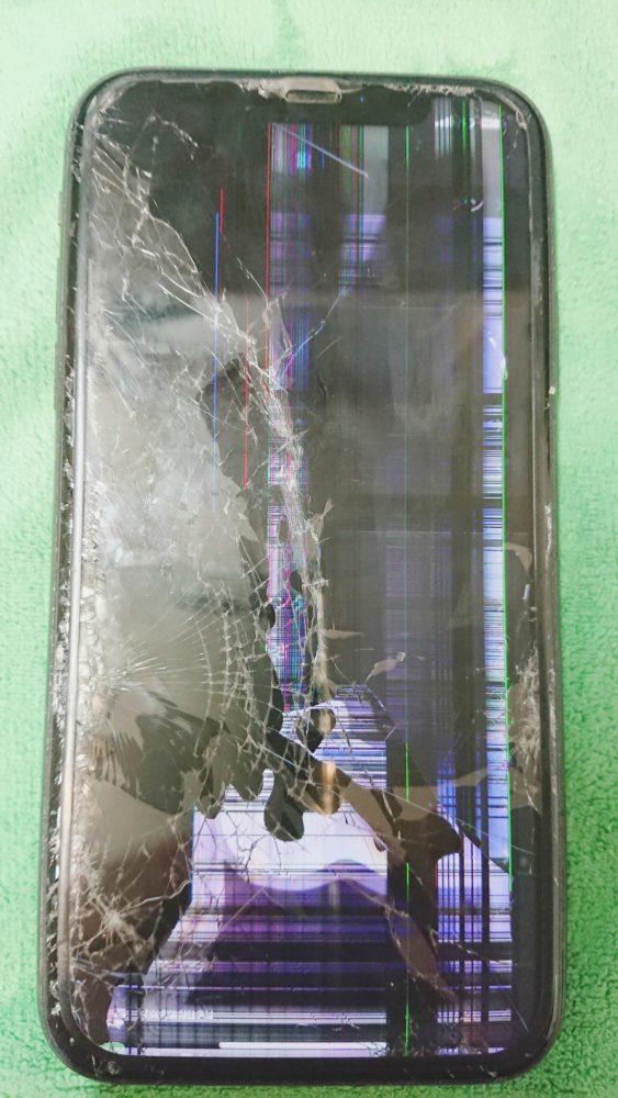 iPhoneXS画面割れ、液晶漏れ修理前