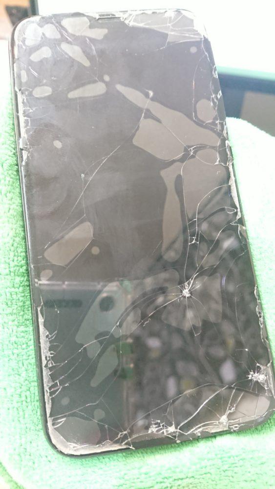 iPhone11画面割れ修理前